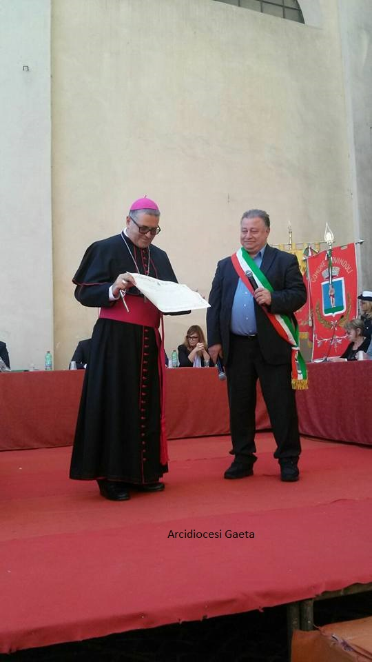 Sua Eccellenza Mons. Luigi Vari riceve la cittadinanza onoraria