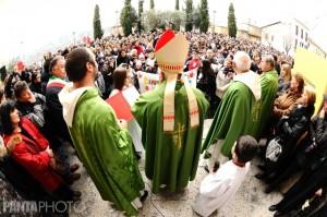 Il Vescovo davanti al popolo